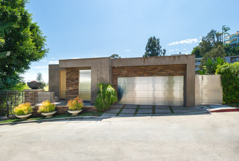 <b>3 Bedrooms, 3,932 sq. ft.</b><br/>Luxurious contemporary Hollywood Hills estate