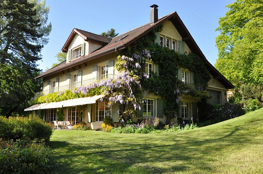 <b>7 Bedrooms, 5,382 sq. ft.</b><br/>Picturesque estate in Lutry with beautiful lake views