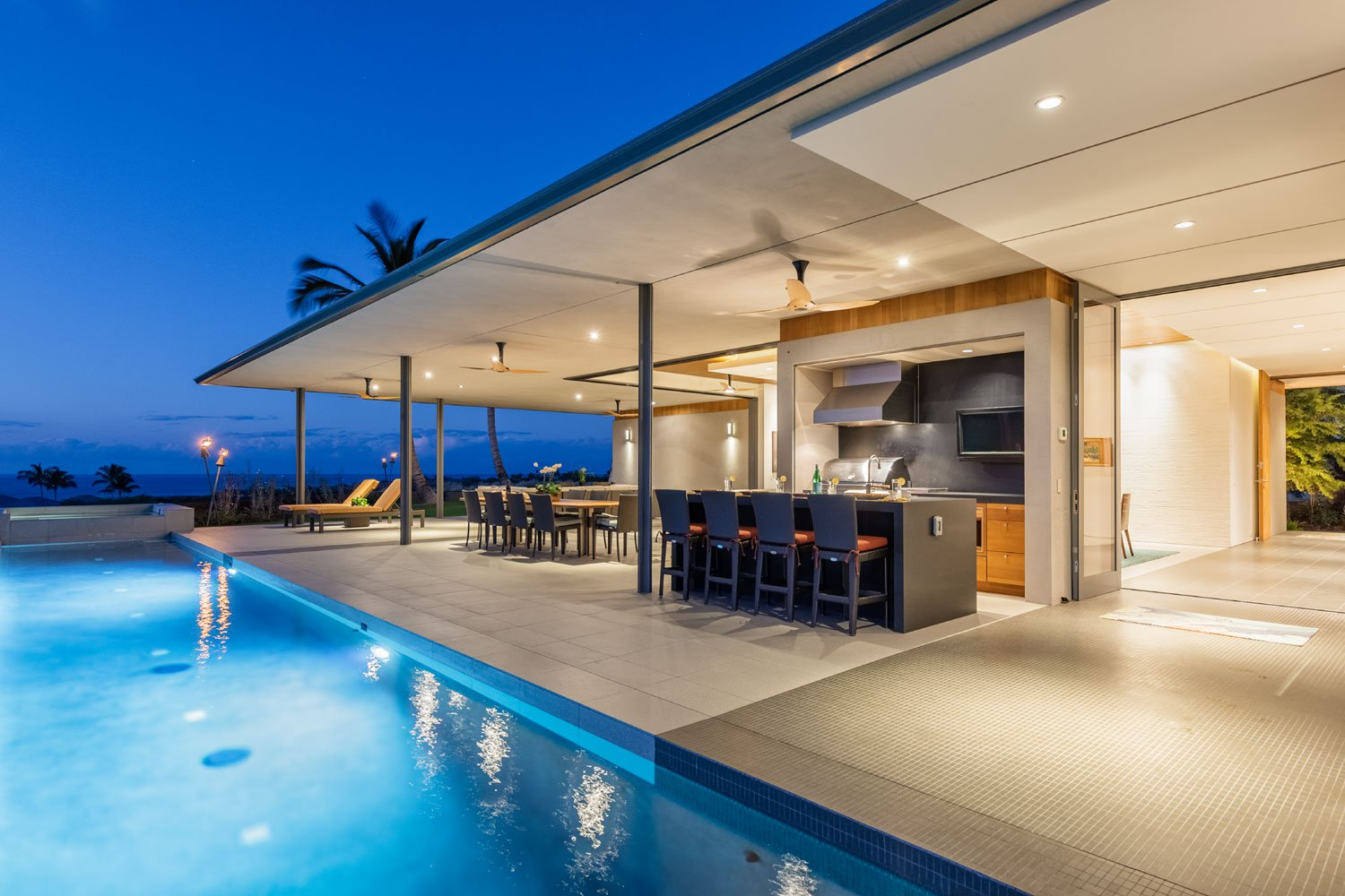 Constructed on a large estate in the Maniniowali community of Kukio on the Big Island of Hawaii, the open design reflects its expansive natural setting seamlessly.