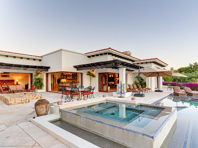 The single-level Casa de la Playa offers an enviable indoor–outdoor lifestyle and the convenience of seaside country club amenities.