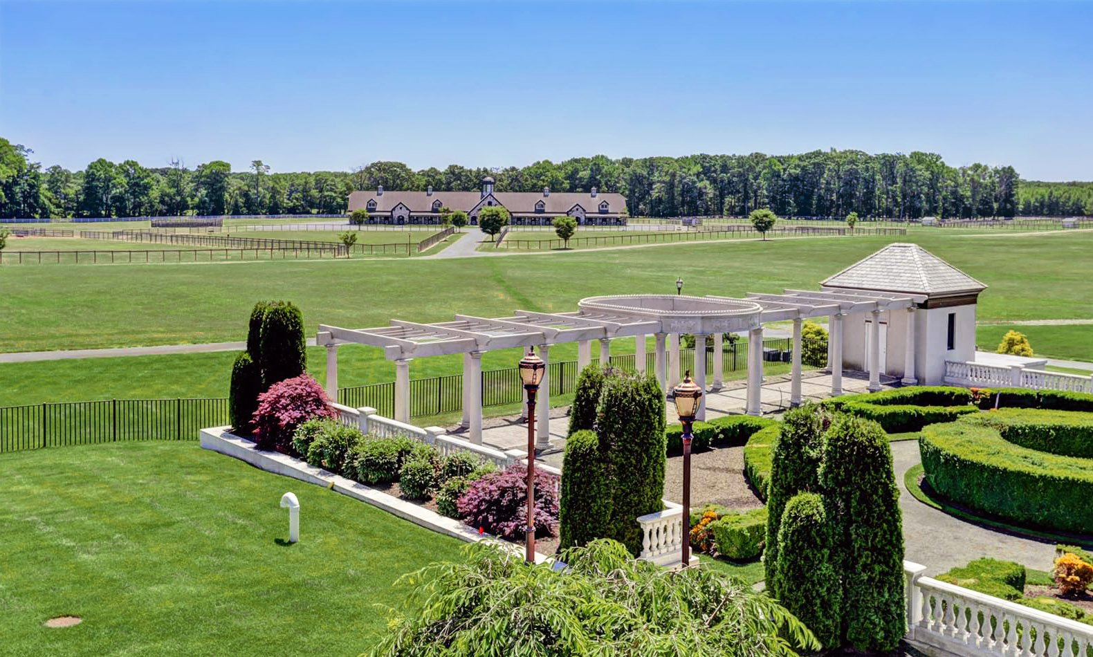 Discovery Manor, a 160-acre horse farm dedicated to the breeding, sale, and racing of Thoroughbreds, is strategically located in the heart of the Northeast horse-racing industry.
