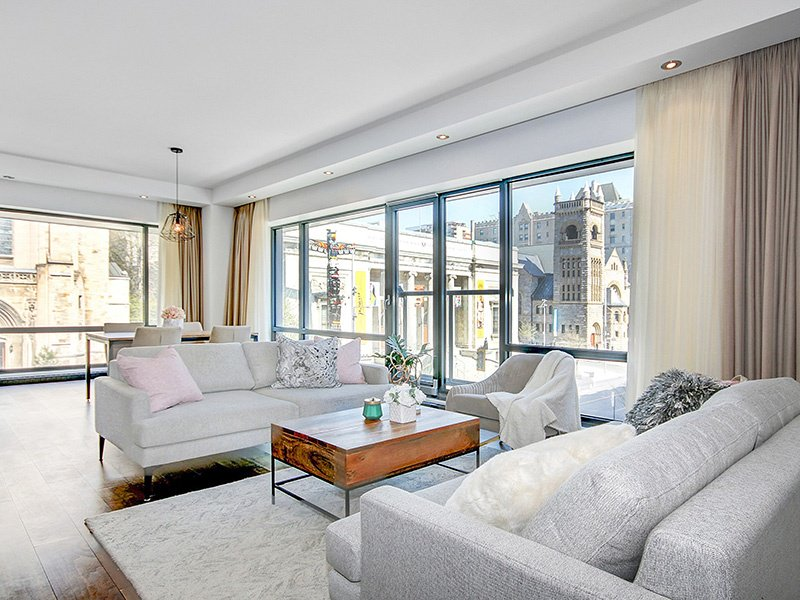 This light-filled three-bedroom condo in the prestigious ORO development has beautiful hardwood floors throughout, quartz countertops in the open-plan kitchen, and is conveniently located in the heart of the city.