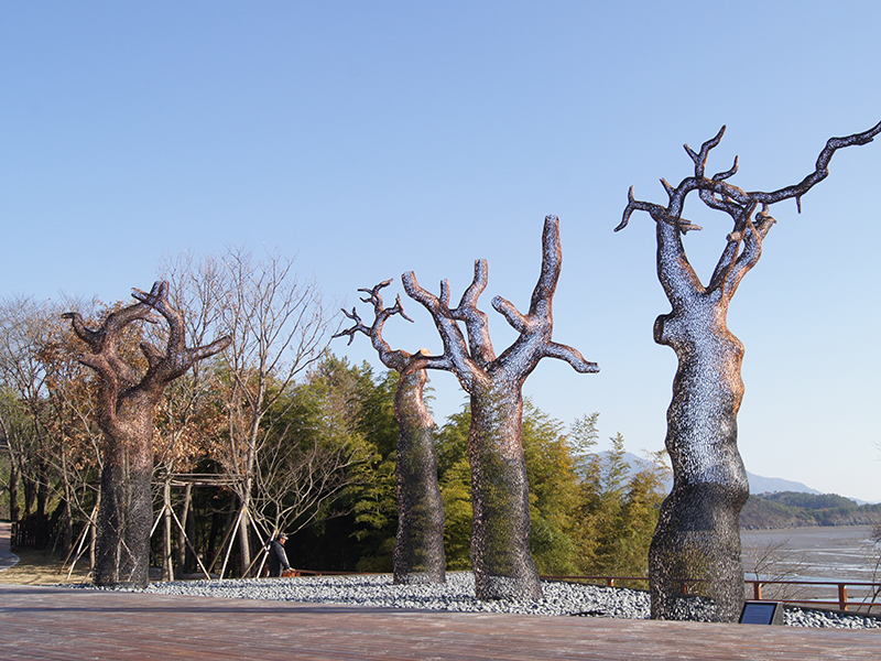 Large lifeless tree made of metal wire