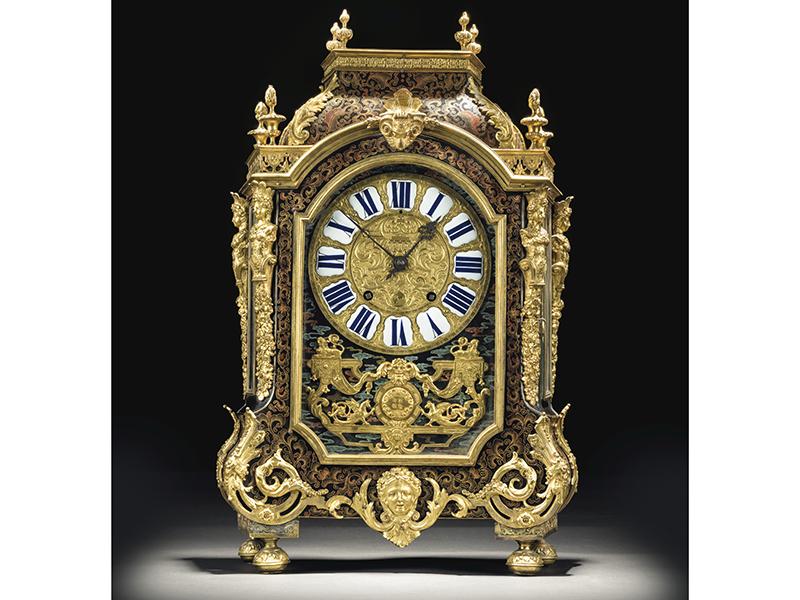 A gold standing clock