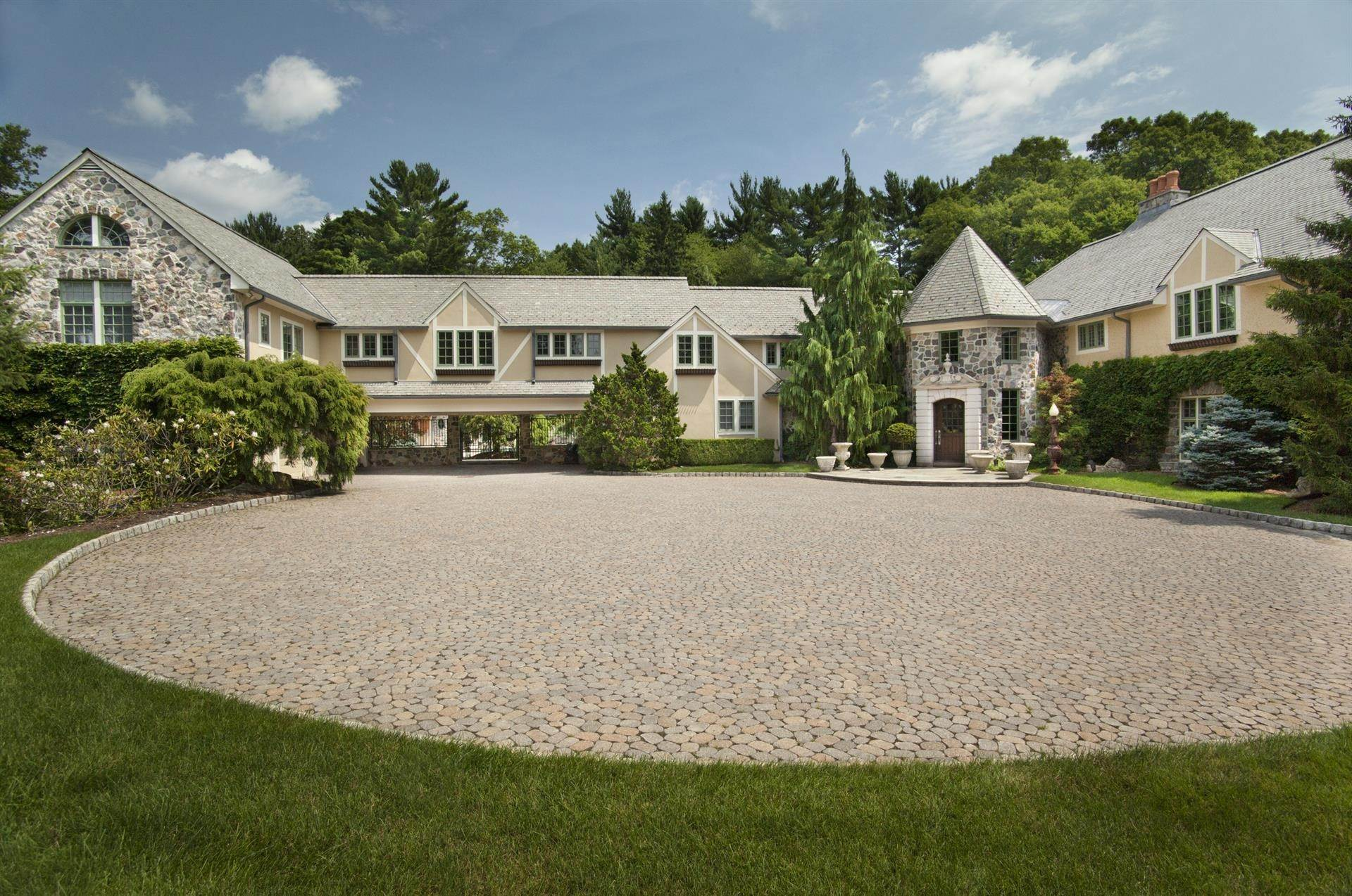 2. Single Family Home 為 出售 在 Celebrity Stunner - 5+ Acre Family Compound Saddle River, 新澤西州,07458 美國