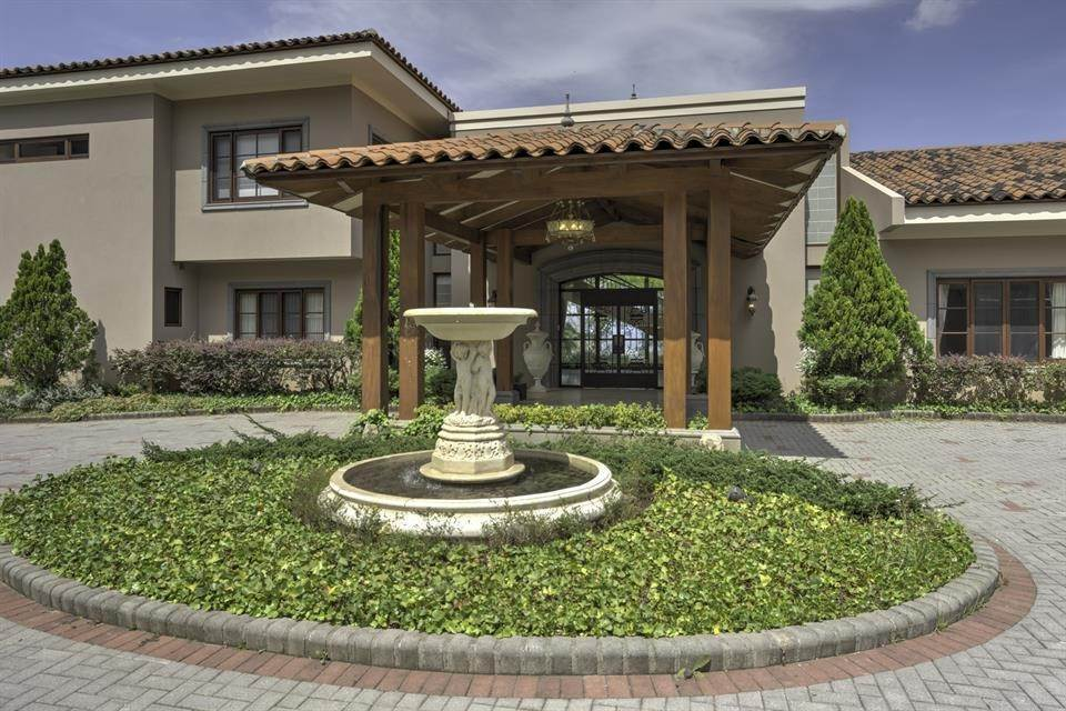 18. Single Family Home for Sale at Exquisite Escazu Residence Escazu, San Jose Escazu, San Jose,10201 Costa Rica