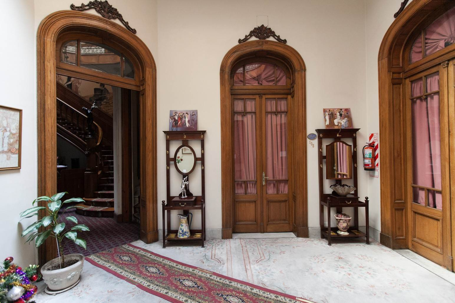 5. Single Family Home 为 销售 在 Enchanting~Completely Refurbished Mansion - Great Feng Shui! San Telmo, Ciudad De Buenos Aires, 布宜诺斯艾利斯, 阿根廷