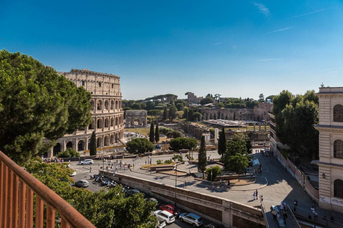 33. Apartamento por un Venta en Rome, prestigious apartment with breath-taking view of the Coliseum and the Ancient Rome Rome, Italia