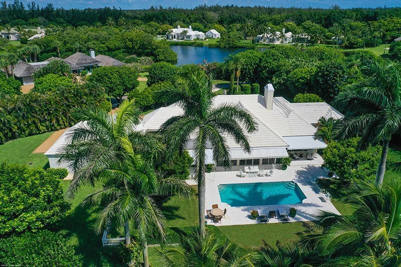 2. Single Family Home pour l à vendre à PENDING Stately Bermuda Home Creates a Beautiful Environment Jupiter Island, Floride,33455 États-Unis