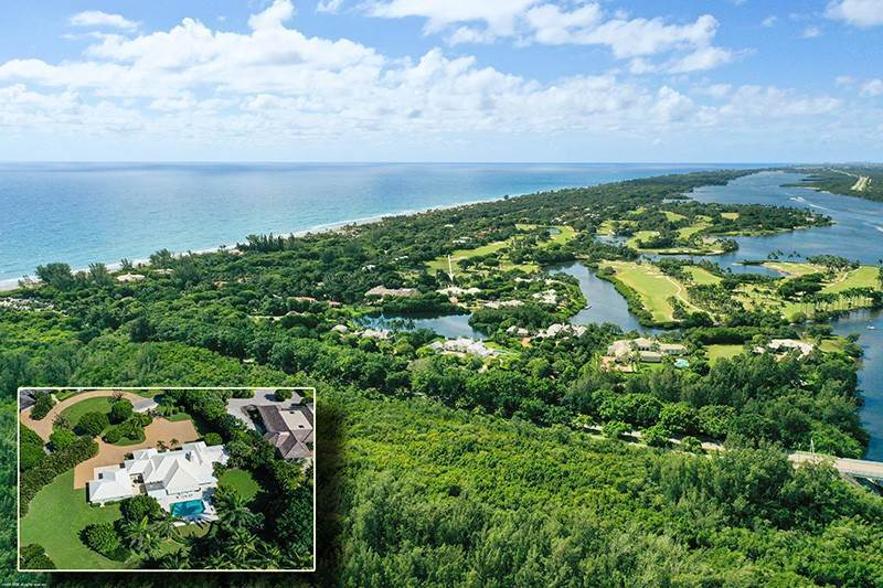 3. Single Family Home pour l à vendre à PENDING Stately Bermuda Home Creates a Beautiful Environment Jupiter Island, Floride,33455 États-Unis
