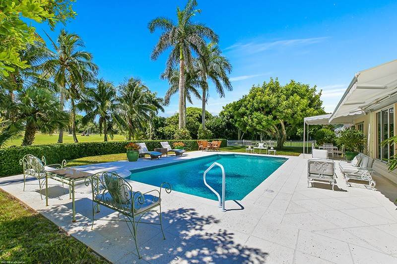 31. Single Family Home pour l à vendre à PENDING Stately Bermuda Home Creates a Beautiful Environment Jupiter Island, Floride,33455 États-Unis