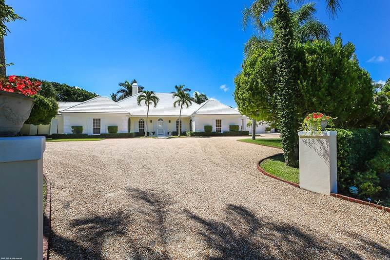 4. Single Family Home pour l à vendre à PENDING Stately Bermuda Home Creates a Beautiful Environment Jupiter Island, Floride,33455 États-Unis