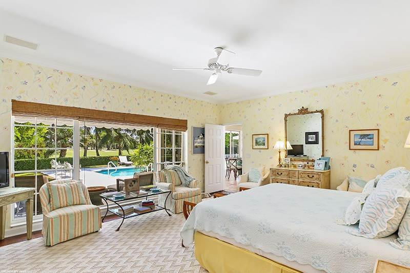 27. Single Family Home pour l à vendre à PENDING Stately Bermuda Home Creates a Beautiful Environment Jupiter Island, Floride,33455 États-Unis