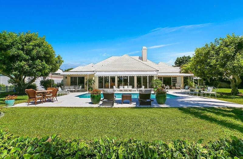 32. Single Family Home pour l à vendre à PENDING Stately Bermuda Home Creates a Beautiful Environment Jupiter Island, Floride,33455 États-Unis