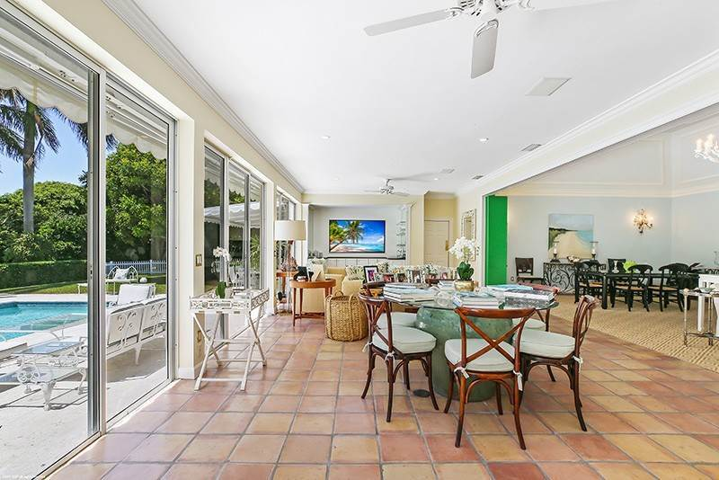 12. Single Family Home pour l à vendre à PENDING Stately Bermuda Home Creates a Beautiful Environment Jupiter Island, Floride,33455 États-Unis