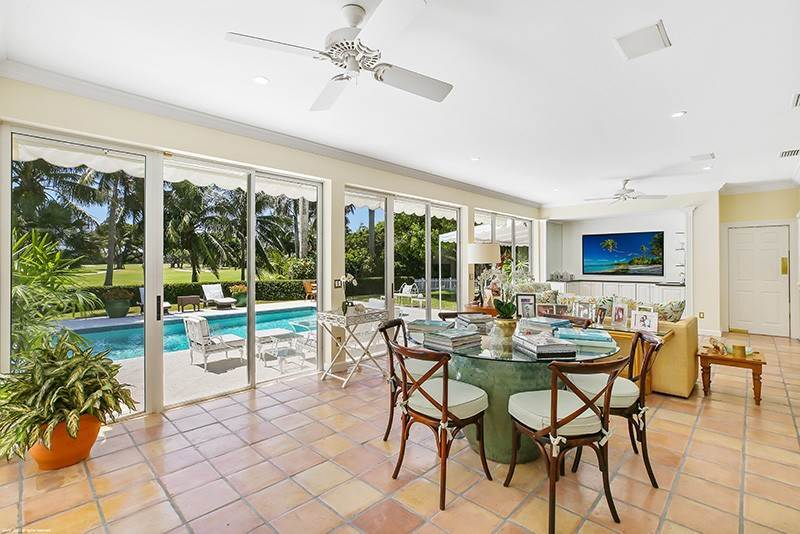 11. Single Family Home pour l à vendre à PENDING Stately Bermuda Home Creates a Beautiful Environment Jupiter Island, Floride,33455 États-Unis