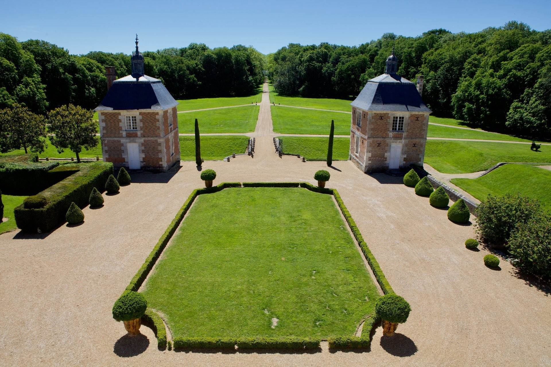 9. Ville / Villette per Vendita alle ore An exceptional listed Louis XIII style chateau set in 40 enclosed hectares with formal French gardens. An architectural gem Blois, Loir et Cher,41000 Francia