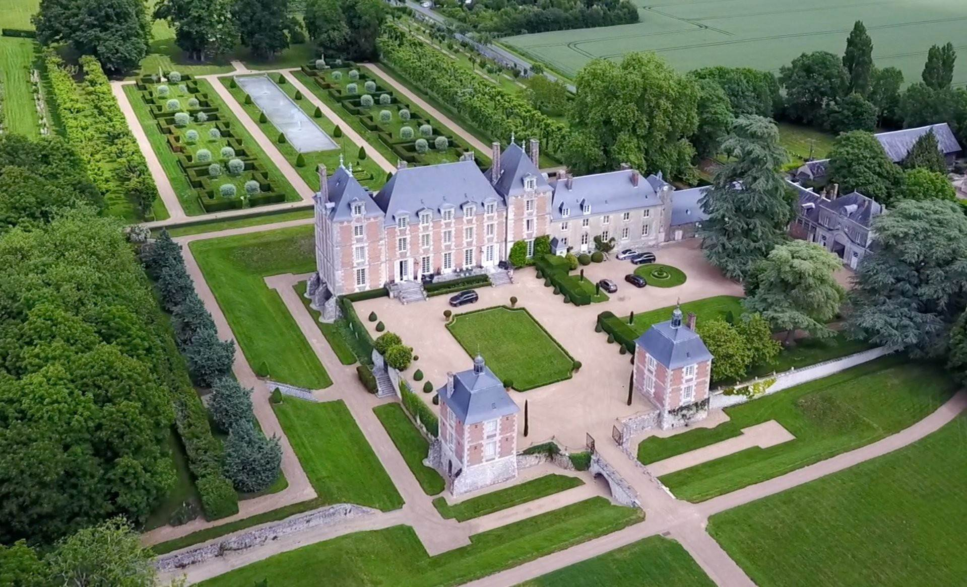 2. Ville / Villette per Vendita alle ore An exceptional listed Louis XIII style chateau set in 40 enclosed hectares with formal French gardens. An architectural gem Blois, Loir et Cher,41000 Francia