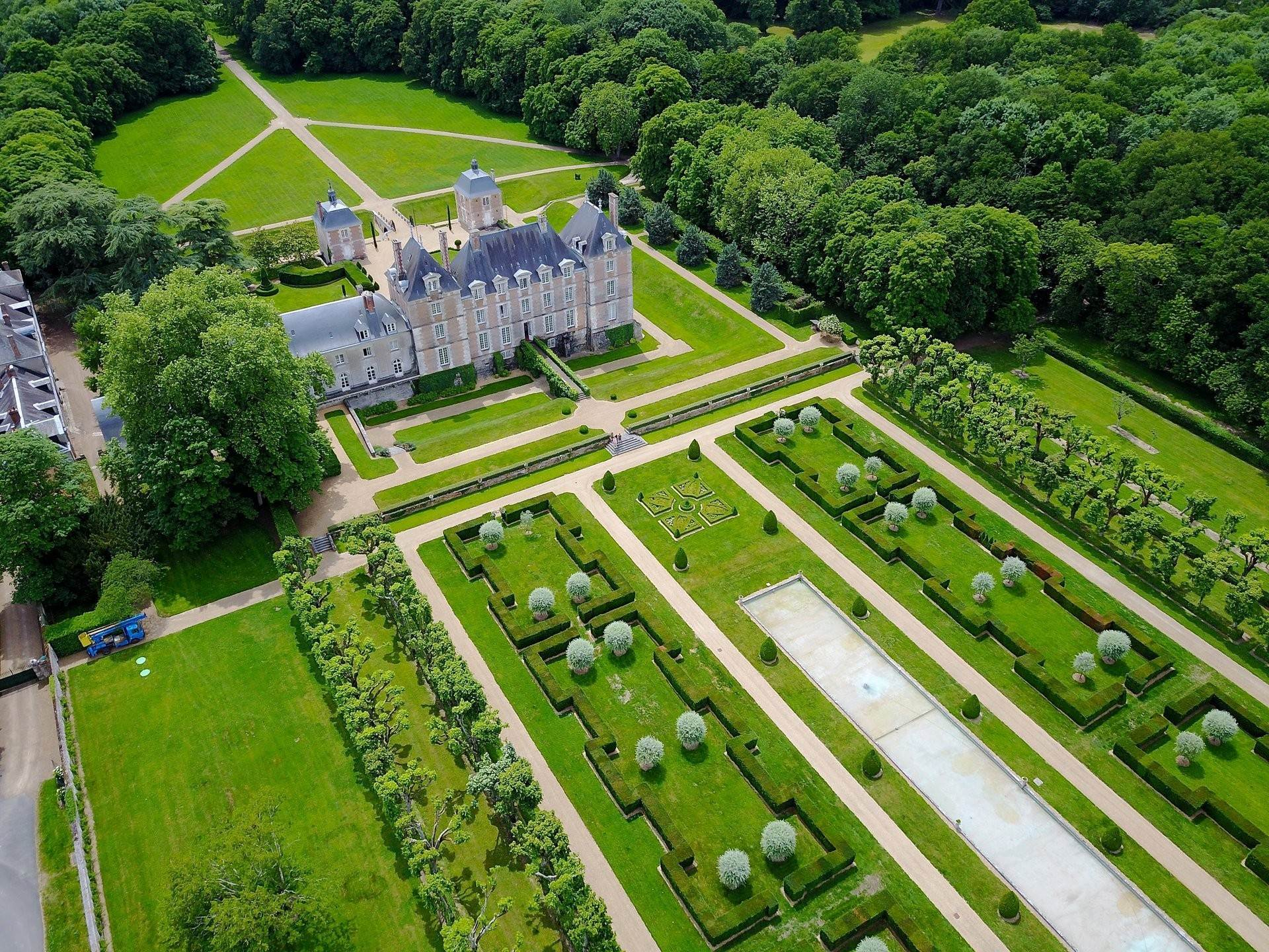 4. Ville / Villette per Vendita alle ore An exceptional listed Louis XIII style chateau set in 40 enclosed hectares with formal French gardens. An architectural gem Blois, Loir et Cher,41000 Francia