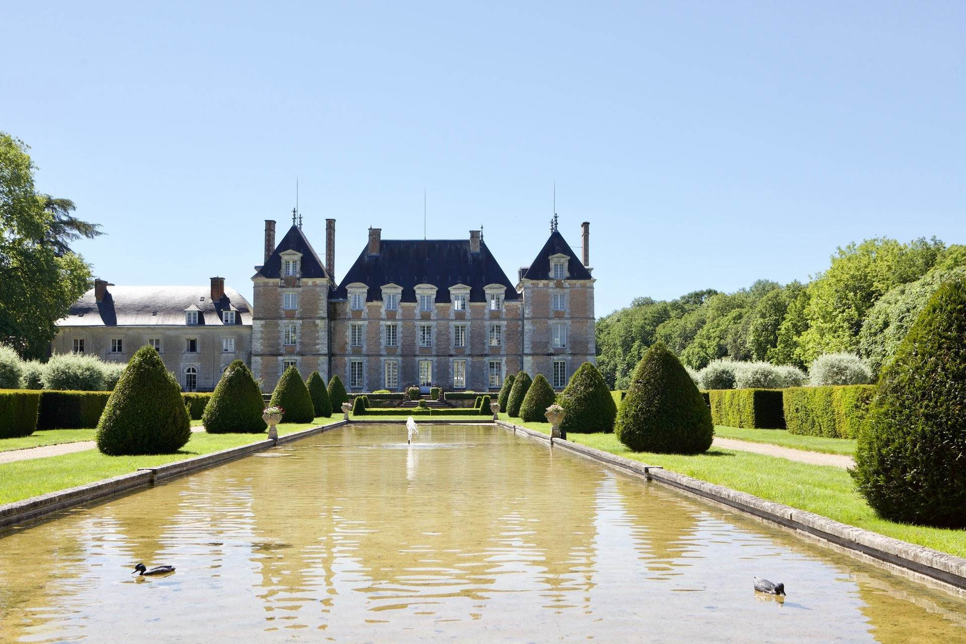 6. Ville / Villette per Vendita alle ore An exceptional listed Louis XIII style chateau set in 40 enclosed hectares with formal French gardens. An architectural gem Blois, Loir et Cher,41000 Francia