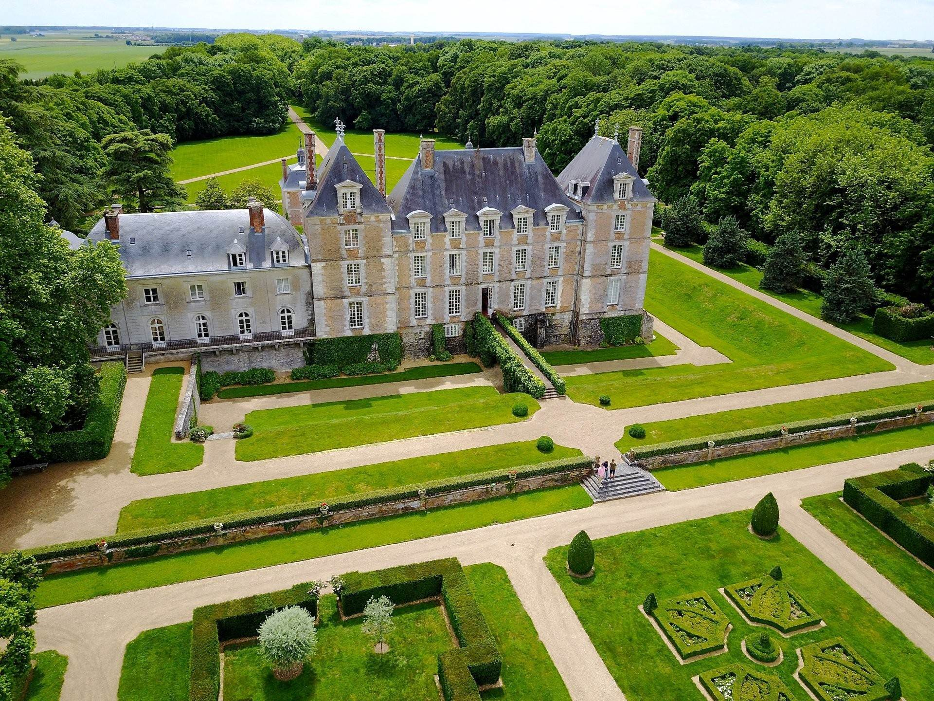 5. Ville / Villette per Vendita alle ore An exceptional listed Louis XIII style chateau set in 40 enclosed hectares with formal French gardens. An architectural gem Blois, Loir et Cher,41000 Francia