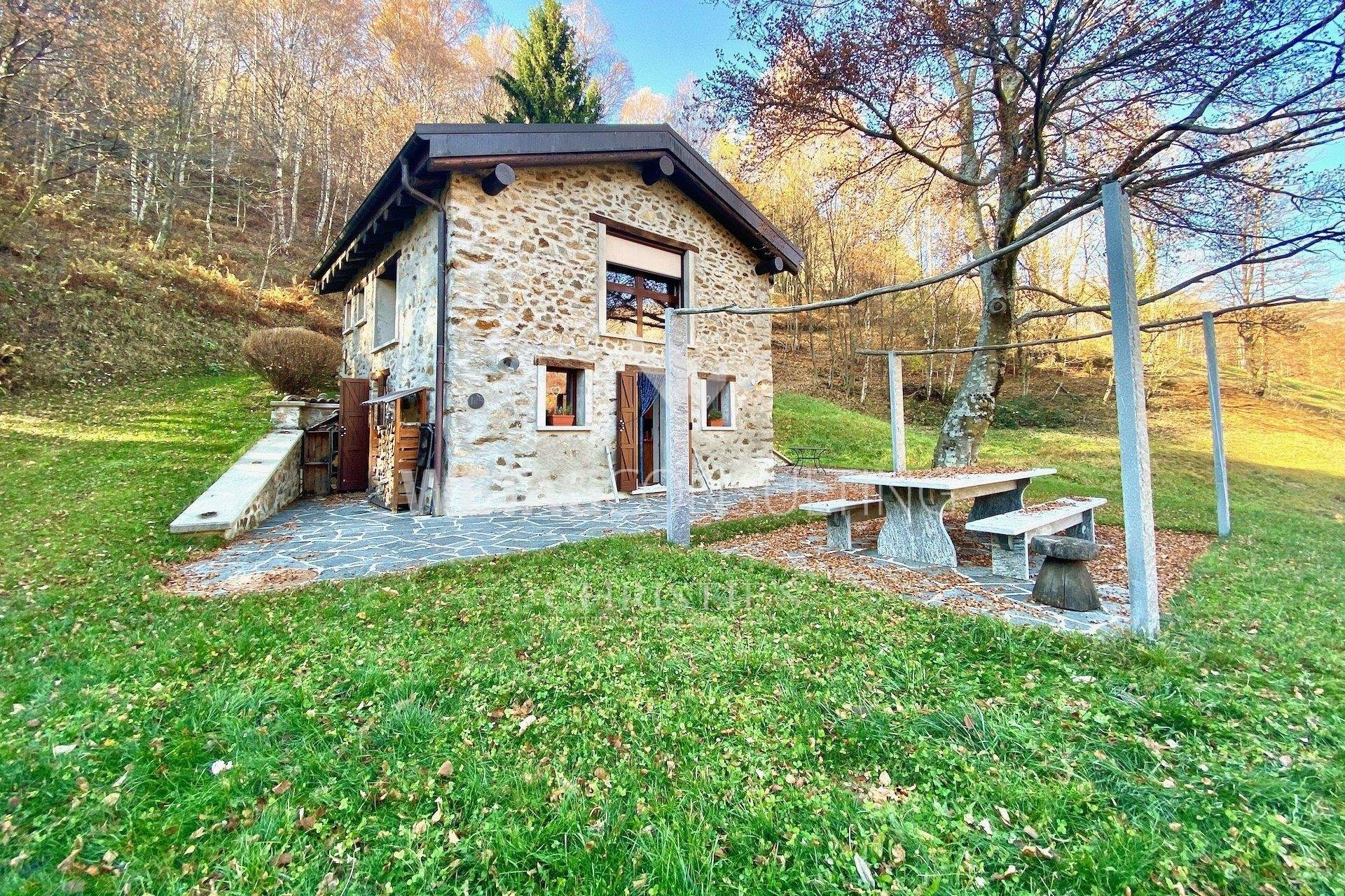 Villa / Maison de ville pour l à vendre à Completely renovated rustico in the middle of the green in Lugano-Cimadera for sale Cimadera, Tessin,6959 Suisse