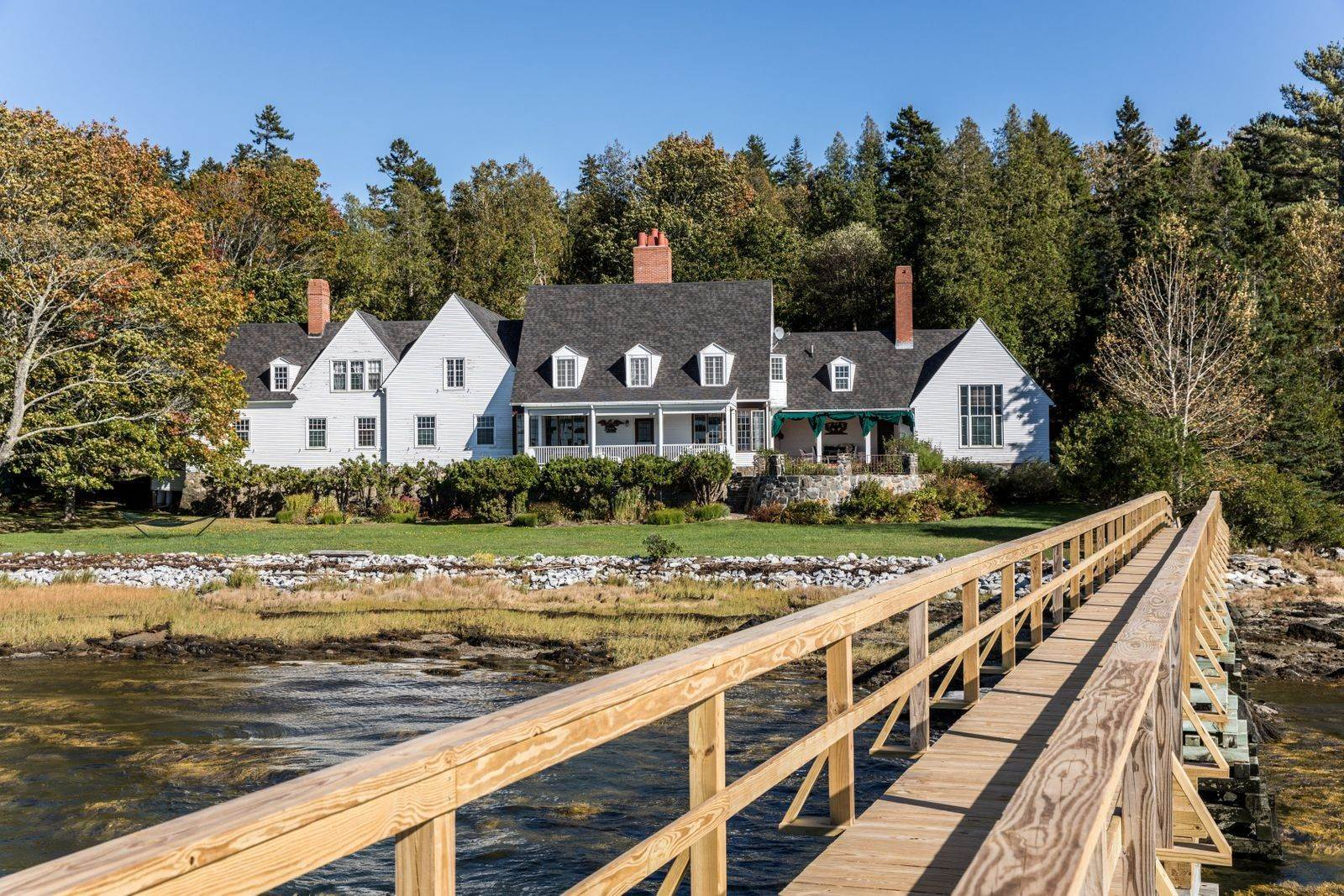 4. Single Family Home pour l à vendre à Devereux Cottage 267 W Shore Dr Islesboro, Maine,04848 États-Unis