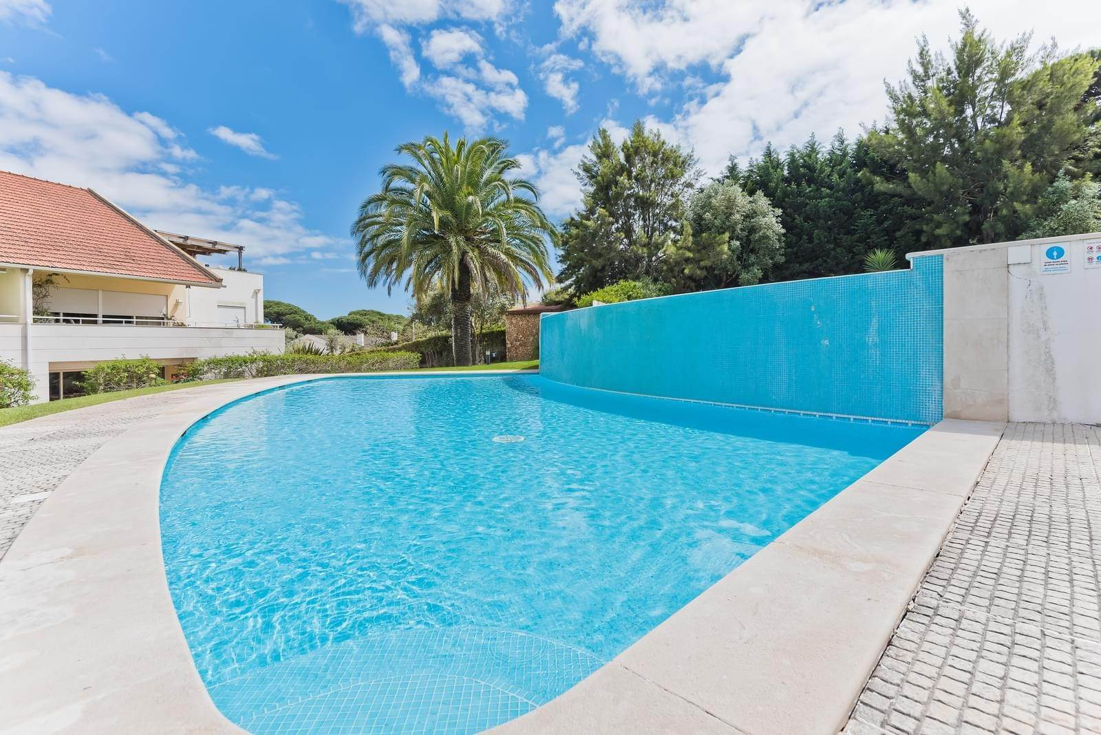24. Appartamenti per Vendita alle ore 3+1 bedroom apartment in Bicesse, Cascais, placed in a private condominium.The apartment, with 215 sqm and a 111 sqm ter... Cascais, Portogallo