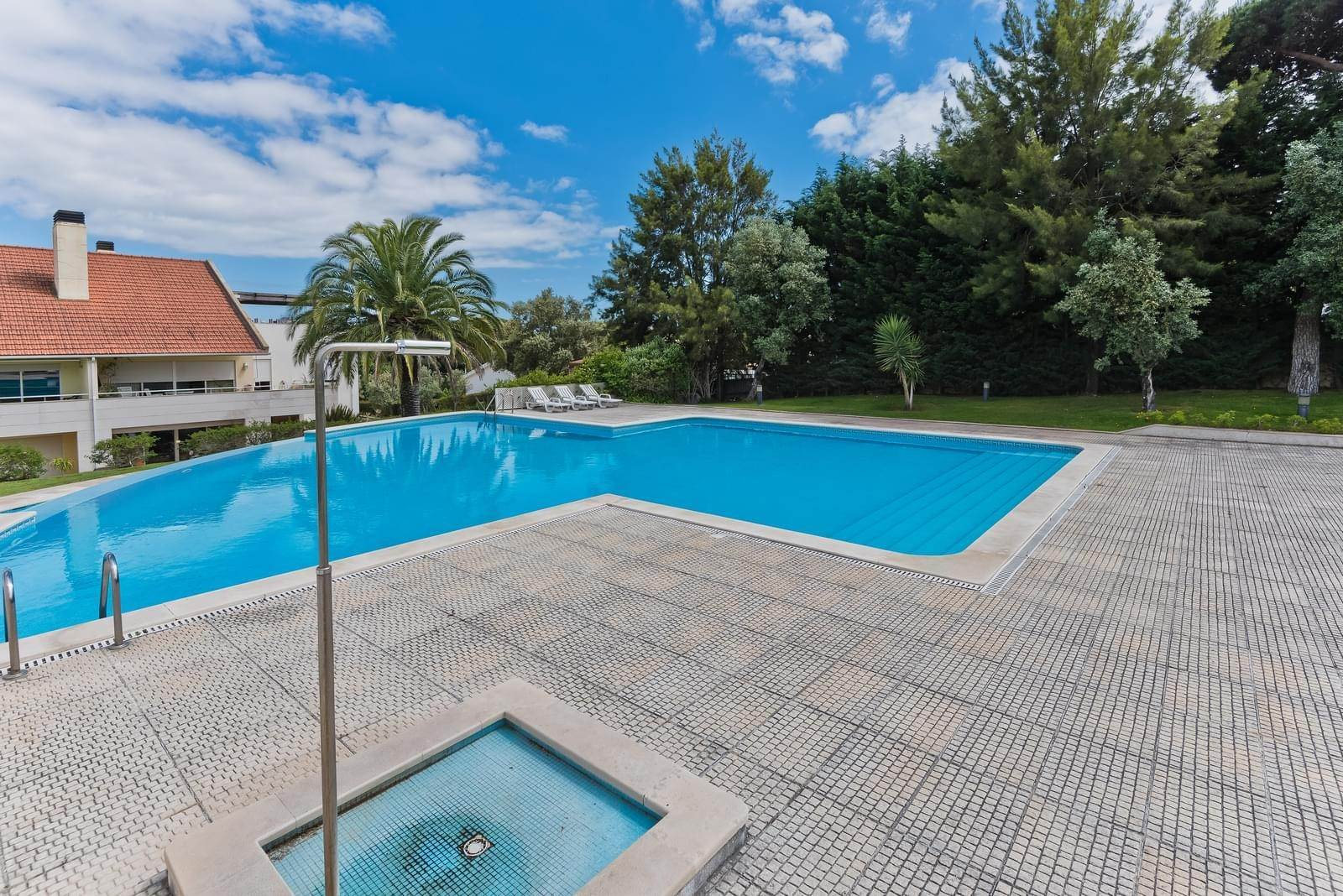 25. Appartamenti per Vendita alle ore 3+1 bedroom apartment in Bicesse, Cascais, placed in a private condominium.The apartment, with 215 sqm and a 111 sqm ter... Cascais, Portogallo