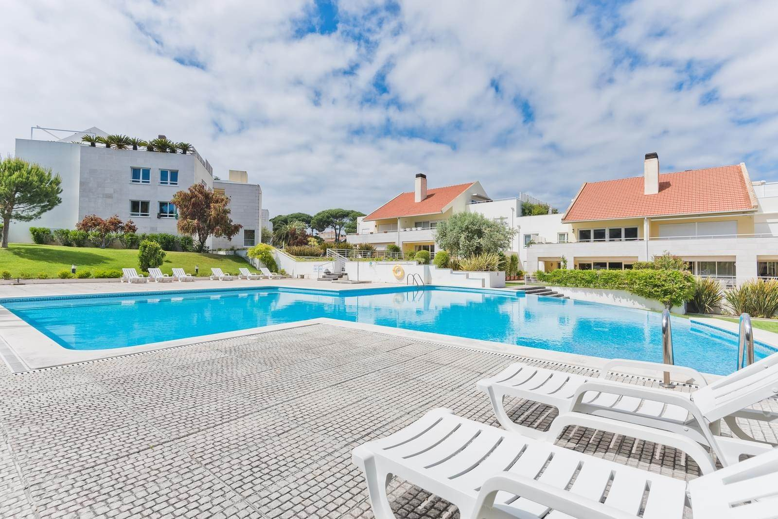 26. Appartamenti per Vendita alle ore 3+1 bedroom apartment in Bicesse, Cascais, placed in a private condominium.The apartment, with 215 sqm and a 111 sqm ter... Cascais, Portogallo