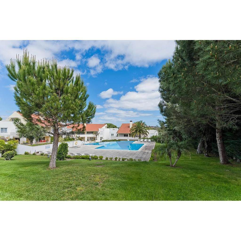 27. Appartamenti per Vendita alle ore 3+1 bedroom apartment in Bicesse, Cascais, placed in a private condominium.The apartment, with 215 sqm and a 111 sqm ter... Cascais, Portogallo