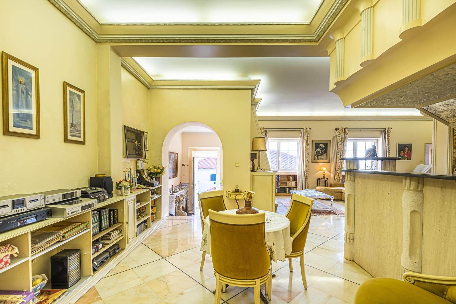 12. 别墅 为 销售 在 Charming 4 bedroom villa, with a unique architectural style, placed in Alto de Santa Catarina.With more than 400 sqm of ... 奥艾拉斯, 葡萄牙