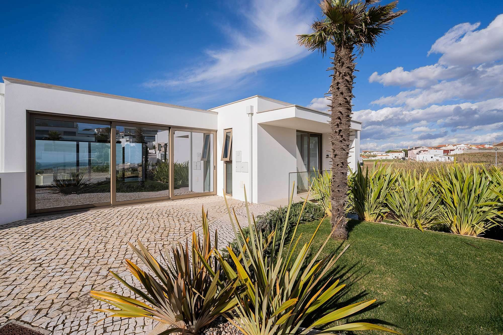 2. Villas / Maisons de ville pour l à vendre à Fantastic 4 bedroom villa, with swimming pool, located in a prime place that offers panoramic view over the sea.The vil... Lisbonne, Portugal