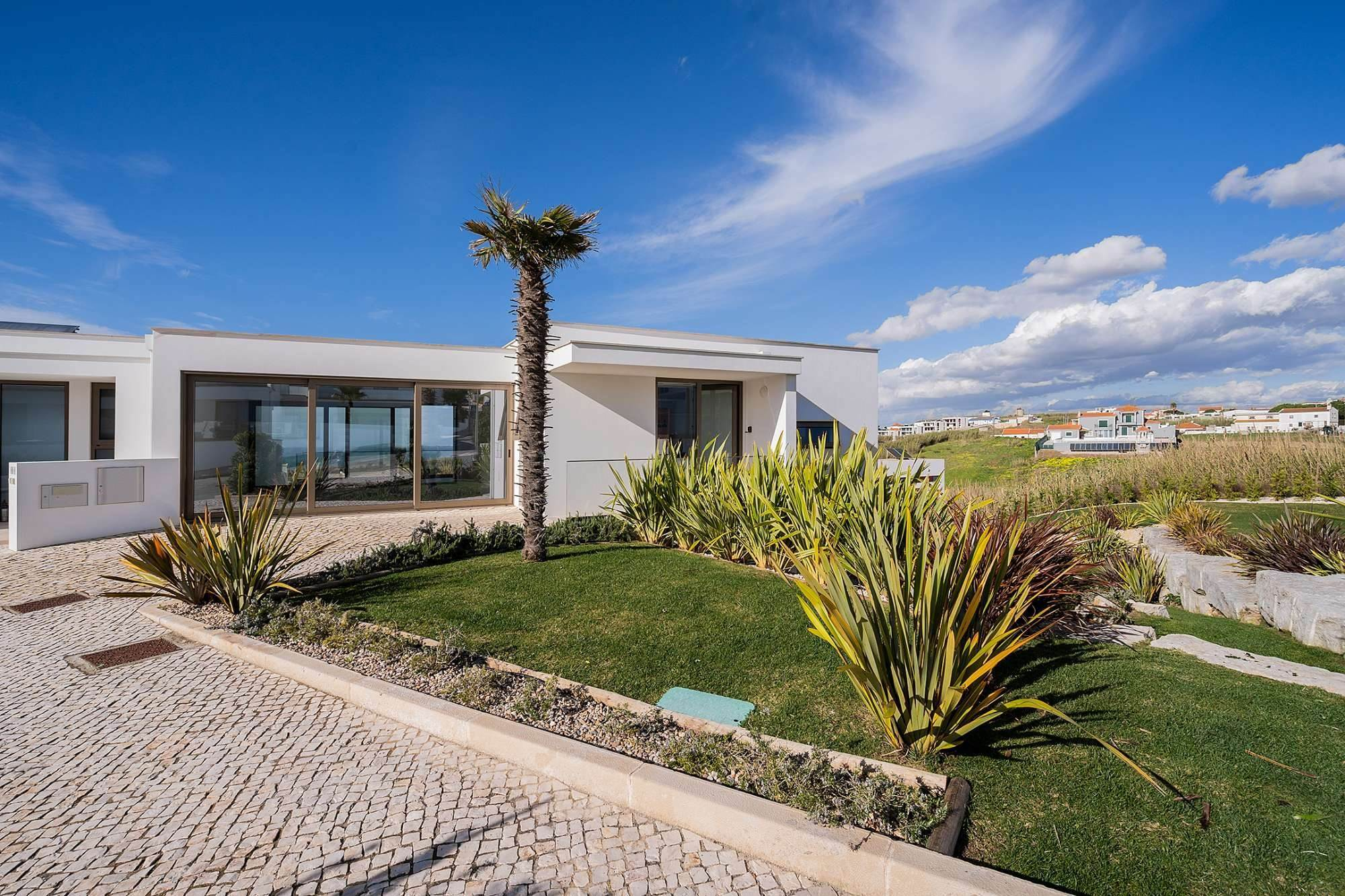 3. Villas / Maisons de ville pour l à vendre à Fantastic 4 bedroom villa, with swimming pool, located in a prime place that offers panoramic view over the sea.The vil... Lisbonne, Portugal