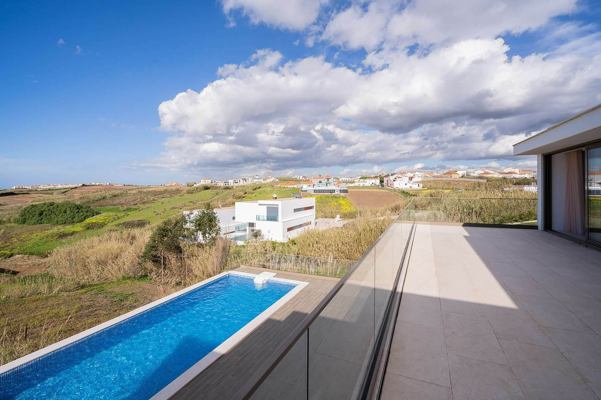 22. Villas / Maisons de ville pour l à vendre à Fantastic 4 bedroom villa, with swimming pool, located in a prime place that offers panoramic view over the sea.The vil... Lisbonne, Portugal