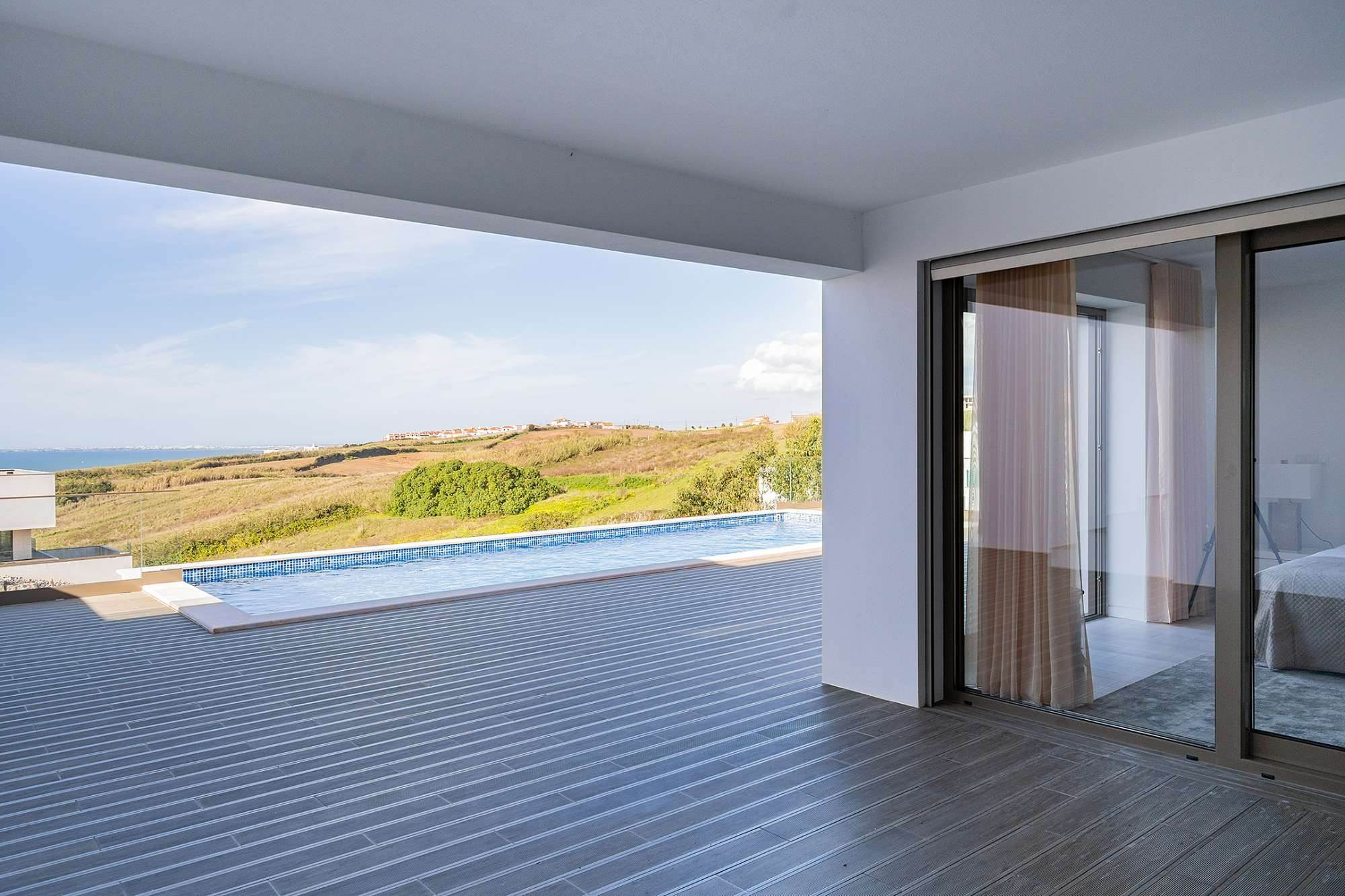 25. Villas / Maisons de ville pour l à vendre à Fantastic 4 bedroom villa, with swimming pool, located in a prime place that offers panoramic view over the sea.The vil... Lisbonne, Portugal