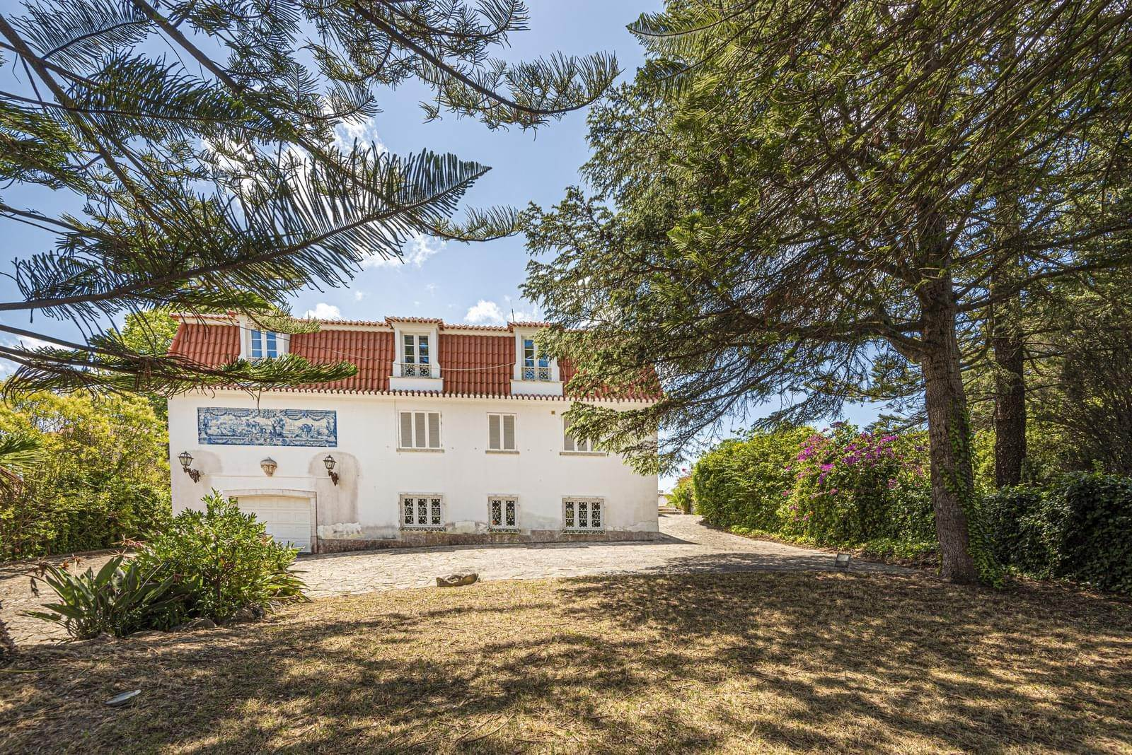 Villa/Townhouse for Sale at 9 bedroom villa, located in a quiet area in Cascais, only 8 minutes away, on foot, to the centre of Cascais.The villa is... Cascais, Portugal