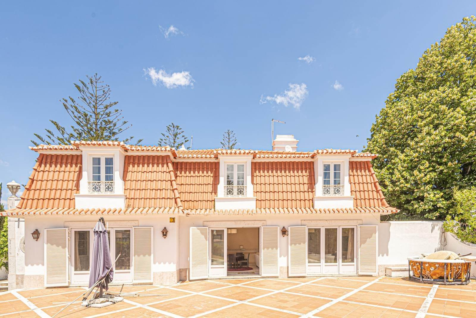 8. Villa/Townhouse for Sale at 9 bedroom villa, located in a quiet area in Cascais, only 8 minutes away, on foot, to the centre of Cascais.The villa is... Cascais, Portugal