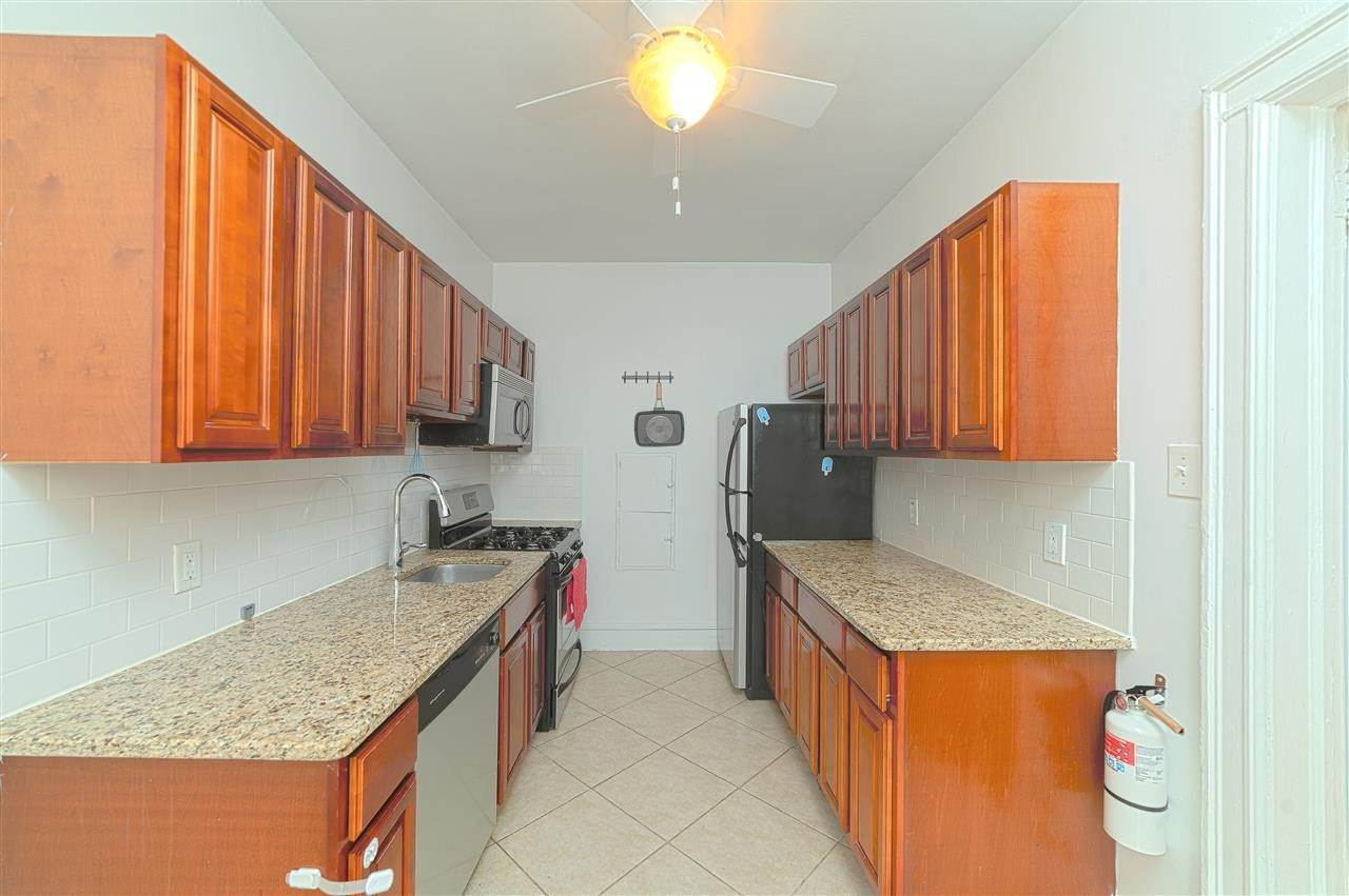 4. Single Family Home for Rent at 131 KENSINGTON AVENUE #E3 Jersey City, New Jersey, 07304 United States