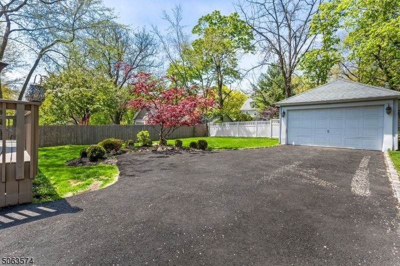 24. Single Family Home for Sale at 136 Effingham Place Westfield, New Jersey, 07090 United States