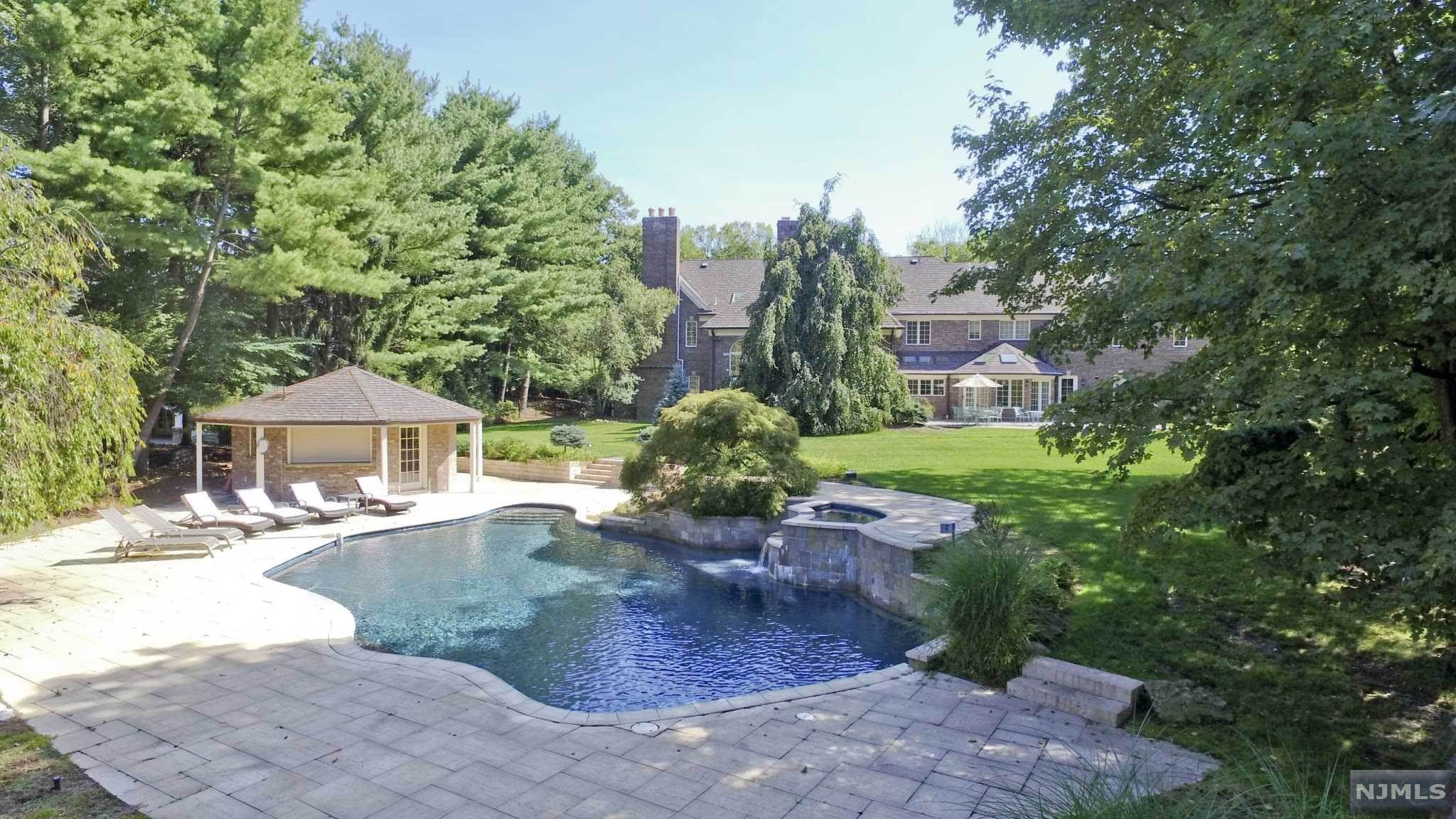 Single Family Home for Sale at 8 Shinnecock Trail Franklin Lakes, New Jersey, 07417 United States