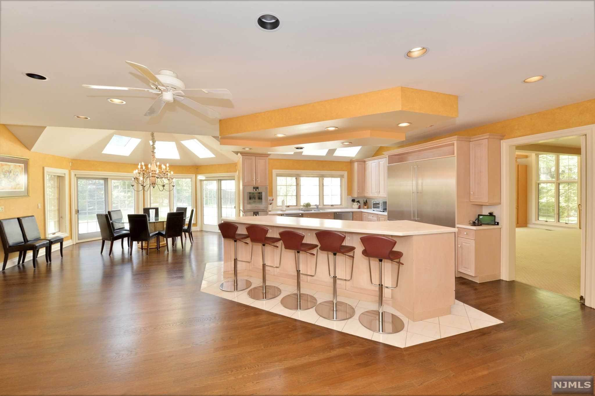 13. Single Family Home for Sale at 8 Shinnecock Trail Franklin Lakes, New Jersey, 07417 United States