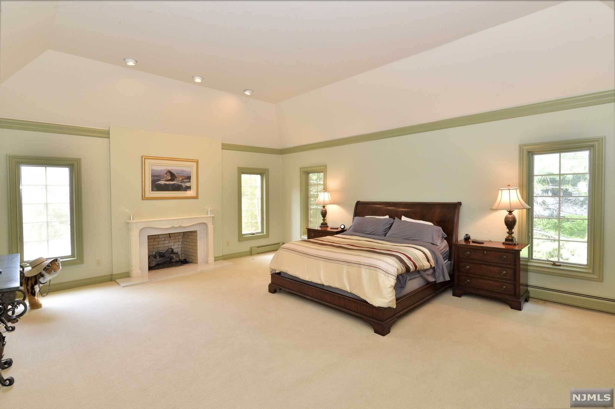 15. Single Family Home for Sale at 8 Shinnecock Trail Franklin Lakes, New Jersey, 07417 United States