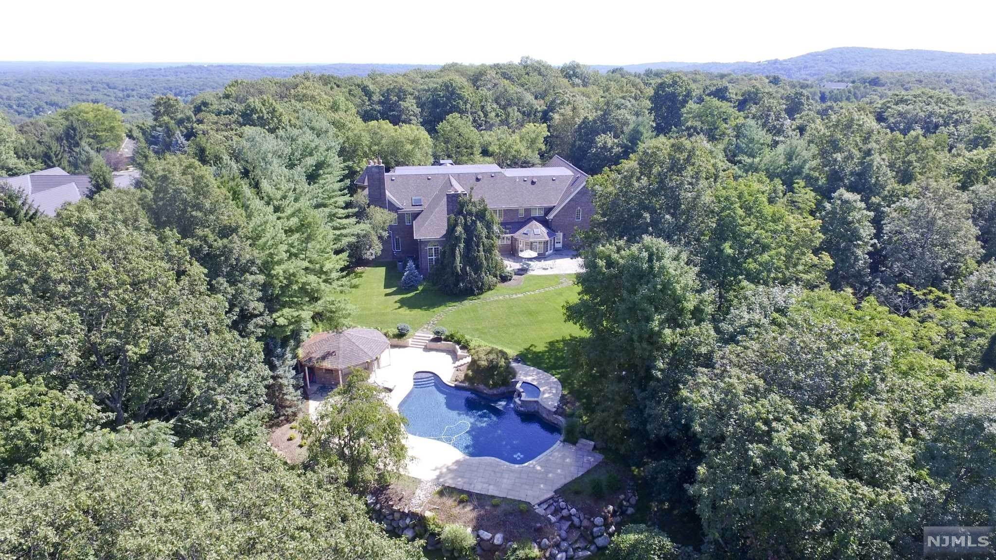 3. Single Family Home for Sale at 8 Shinnecock Trail Franklin Lakes, New Jersey, 07417 United States