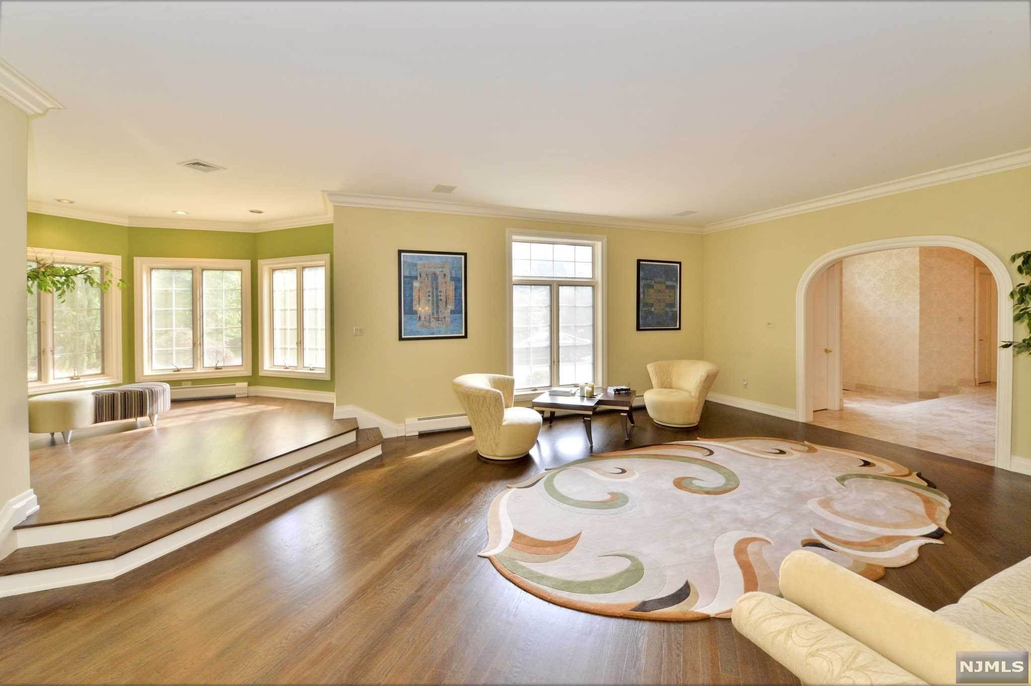 8. Single Family Home for Sale at 8 Shinnecock Trail Franklin Lakes, New Jersey, 07417 United States