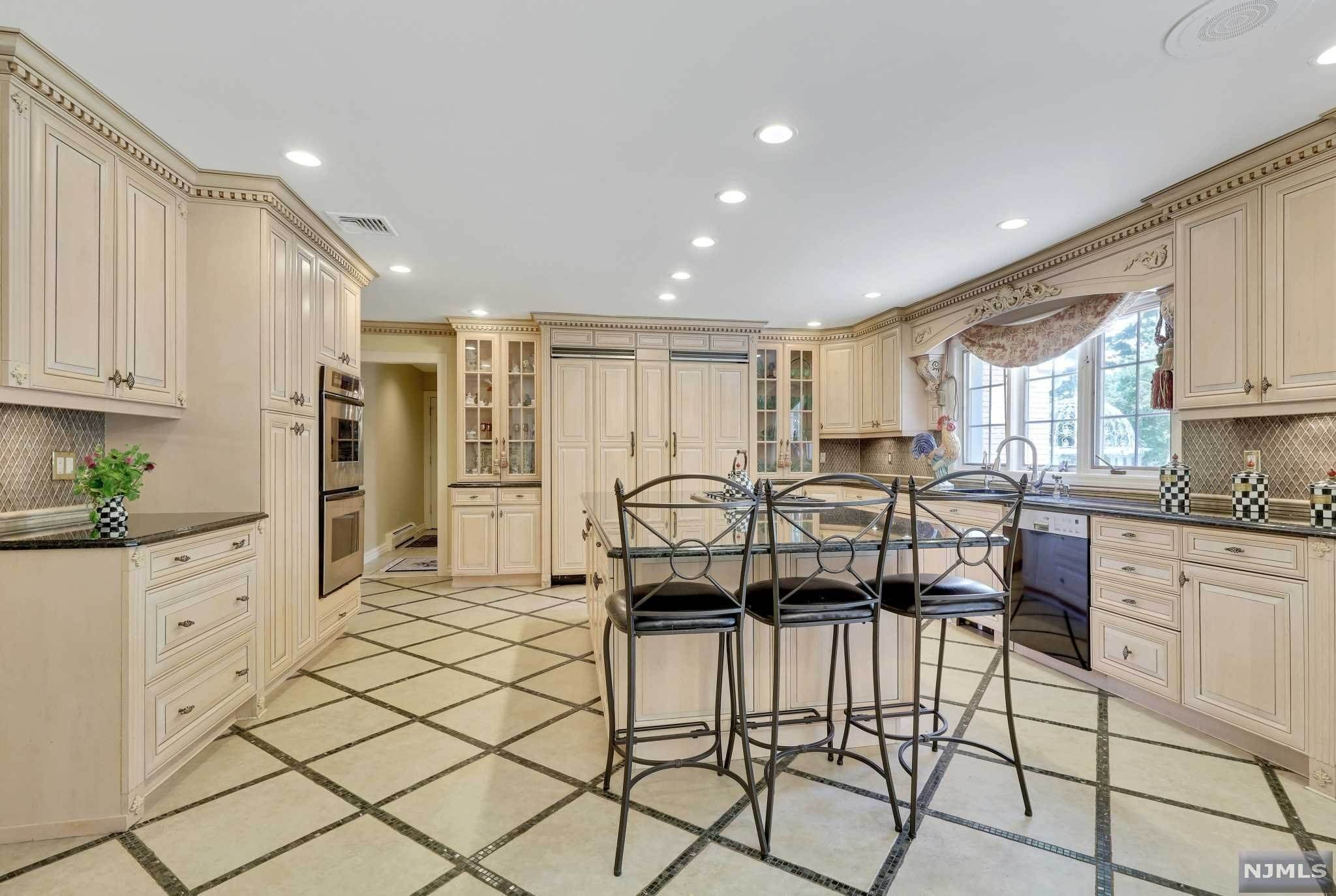 9. Single Family Home for Sale at 687 Butternut Drive Franklin Lakes, New Jersey, 07417 United States