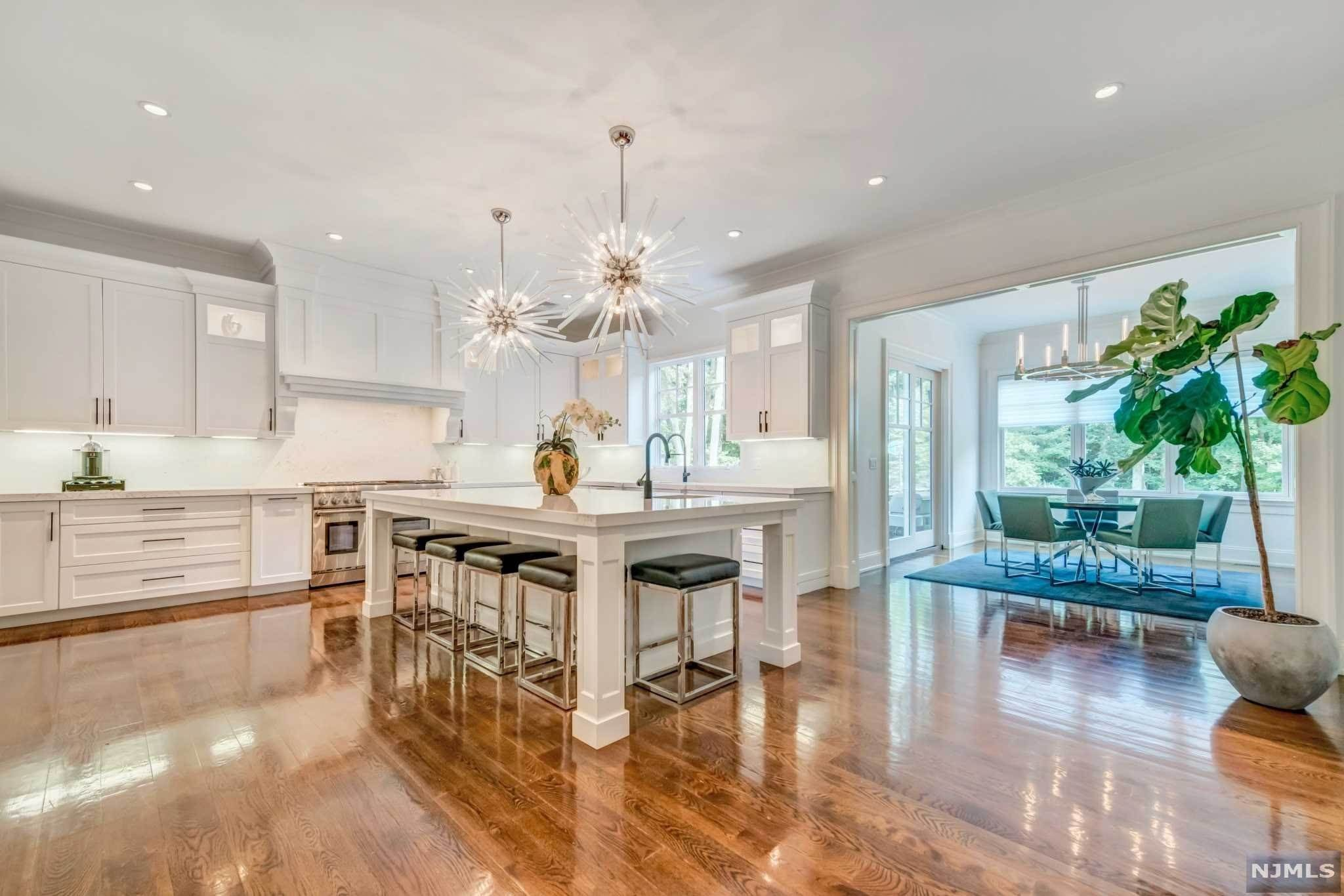 10. Single Family Home for Sale at 271 Crest Place Franklin Lakes, New Jersey, 07417 United States