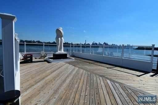 20. Condominium for Sale at 9 Somerset Lane #417 Edgewater, New Jersey, 07020 United States
