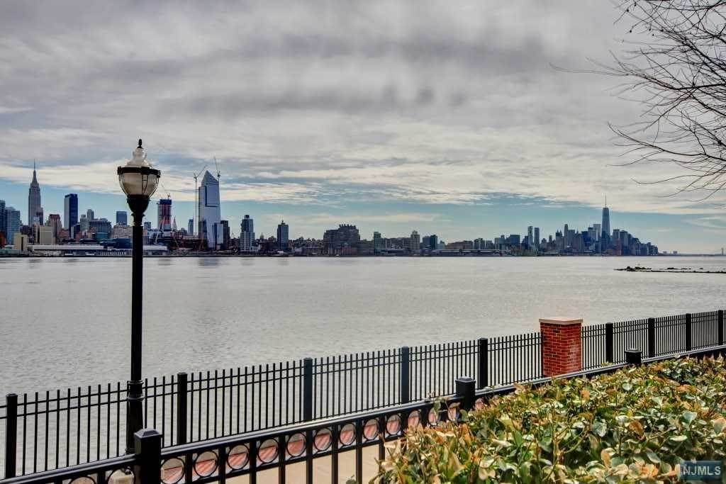 21. Rental Communities for Rent at 250 Henley Place #311 Weehawken, New Jersey, 07086 United States