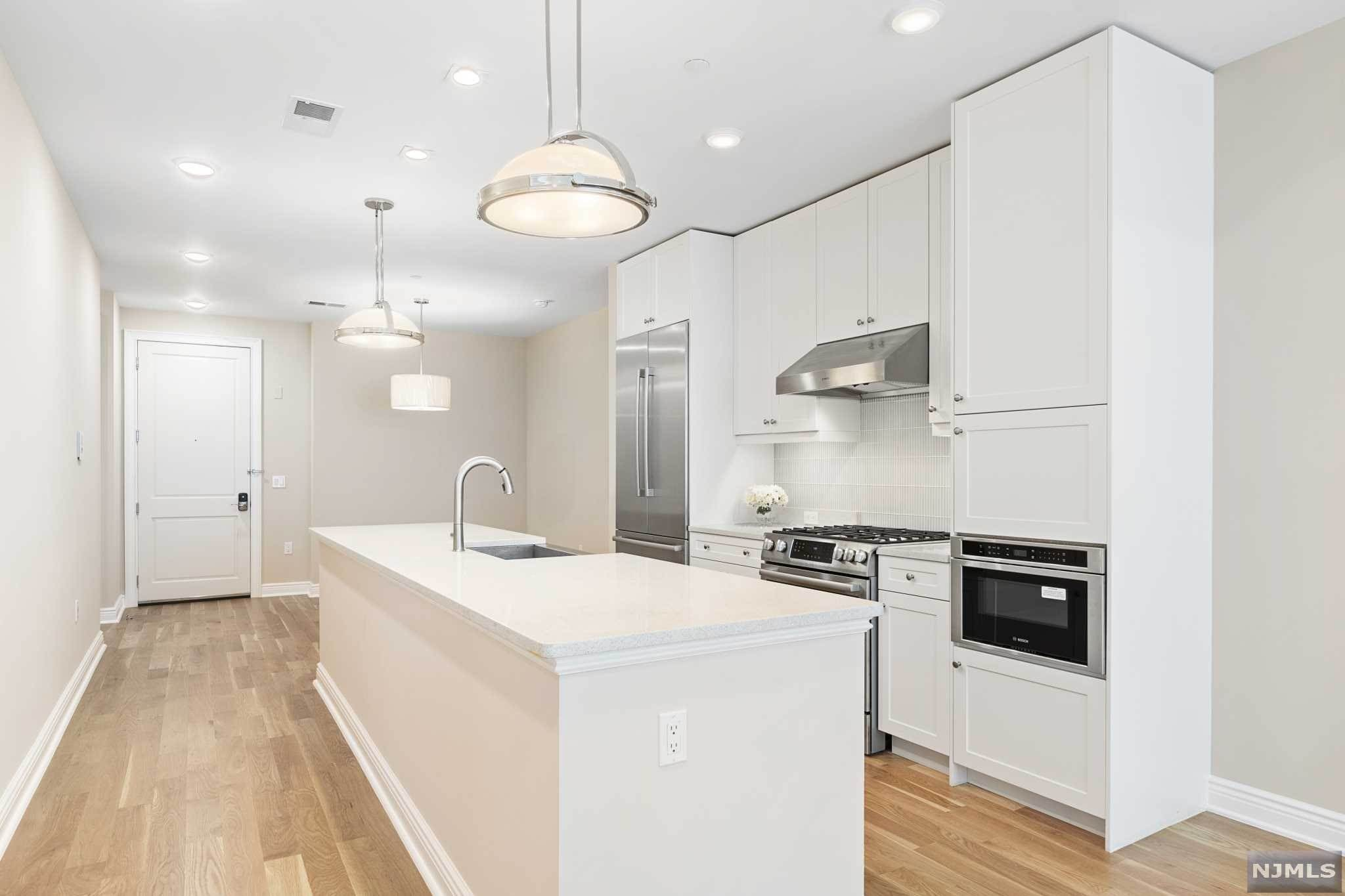 18. Condominium for Sale at 9 Somerset Lane #421 Edgewater, New Jersey, 07020 United States
